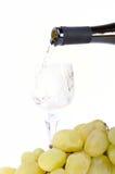 Vino bianco che versa nel calice Fotografie Stock