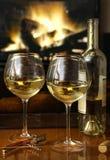 Vino bianco davanti ad un fuoco caldo Immagini Stock Libere da Diritti