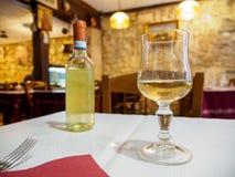 Vino bianco di Chardonnay al ristorante italiano, Parigi, Francia fotografia stock libera da diritti
