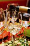 Vino bianco di versamento Fotografia Stock