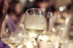 Vino bianco a disposizione con la cena sul ristorante Fotografia Stock Libera da Diritti