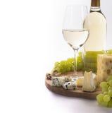 Vino bianco, formaggio, dadi ed uva per lo spuntino Immagini Stock Libere da Diritti