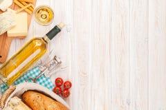 Vino bianco, formaggio e pane sul fondo di legno bianco della tavola Fotografia Stock Libera da Diritti
