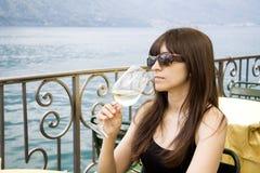 vino bianco sorseggiante Fotografia Stock
