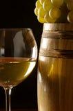 Vino bianco, uva e barilotto Immagini Stock