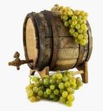 Vino bianco, uva e vecchio barilotto sul backgro bianco Immagini Stock