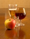 Vino, birra ed alimento Fotografia Stock Libera da Diritti