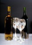 Vino blanco con dos vidrios Imagen de archivo