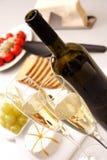 Vino blanco con el aperitivo Imagenes de archivo