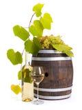 Vino blanco con el barril y las uvas viejos Fotografía de archivo