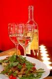 Vino blanco con la ensalada Imagen de archivo libre de regalías