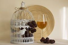Vino blanco con las uvas rojas Imagen de archivo libre de regalías