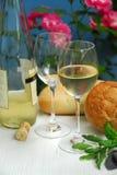 Vino blanco con los vidrios Foto de archivo libre de regalías