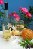 Vino blanco con los vidrios Imagenes de archivo
