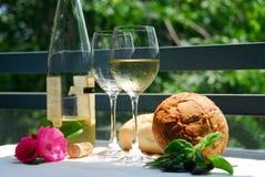 Vino blanco con los vidrios afuera Foto de archivo libre de regalías