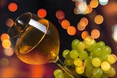 Vino blanco elegante Foto de archivo libre de regalías