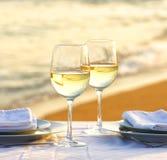 Vino blanco en la playa por una tarde romántica foto de archivo