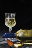 Vino blanco en pizarra Imágenes de archivo libres de regalías