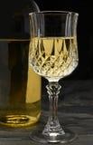 Vino blanco en pizarra negra Foto de archivo