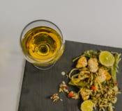 Vino blanco en un vidrio de vino en el ingenio tailandés del pollo del fondo Imágenes de archivo libres de regalías