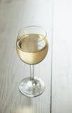 Vino blanco en vidrio en fondo del vintage Fotos de archivo