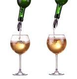 Vino blanco que vierte en dos vidrios de una botella, dispensador en la botella, jet del vino, aislado en blanco Foto de archivo