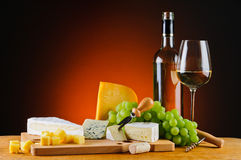 Vino blanco, queso y uvas Imagen de archivo