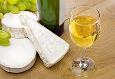 Vino blanco, quesos del brie y del camembert con la uva Fotografía de archivo libre de regalías
