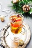 Vino blanco reflexionado sobre con la Navidad del pomelo, fondo del Año Nuevo Fotografía de archivo