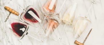 Vino blanco rojo, color de rosa, en vidrios y sacacorchos, composición horizontal fotos de archivo