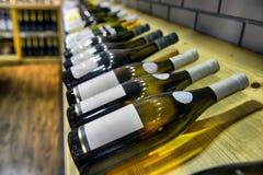 Vino blanco rojo y en botellas Imágenes de archivo libres de regalías