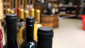 Vino blanco rojo y en botellas en tienda de vino fotografía de archivo libre de regalías