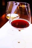 Vino blanco rojo y en vidrios del vástago Fotos de archivo libres de regalías