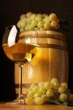 Vino blanco, uva y barril Imagen de archivo libre de regalías
