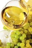 Vino blanco y uva Fotos de archivo