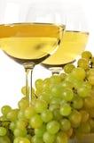 Vino blanco y uva Imagen de archivo libre de regalías