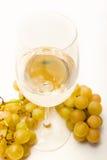 Vino blanco y uvas Imágenes de archivo libres de regalías
