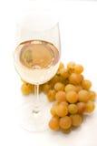 Vino blanco y uvas Foto de archivo libre de regalías