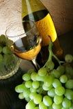 Vino blanco y uvas Fotos de archivo