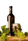 Vino blanco y uvas foto de archivo