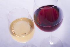 Vino blanco y vino rojo Foto de archivo