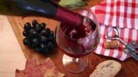 Vino che è versato nel vetro di vino video d archivio