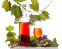 Vino con el manojo de la uva roja y blanca Imágenes de archivo libres de regalías
