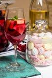 Vino con i frutti, cocktail della sangria, murshmellows della casa di estate Immagine Stock Libera da Diritti