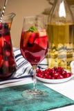 Vino con i frutti, cocktail della sangria, piatto della casa di estate delle bacche del corniolo Fotografie Stock Libere da Diritti