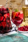 Vino con i frutti, cocktail della sangria, piatto della casa di estate delle bacche del corniolo Immagini Stock Libere da Diritti