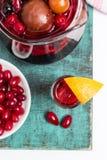 Vino con i frutti, cocktail della sangria, piatto della casa di estate di beries del corniolo Immagini Stock Libere da Diritti