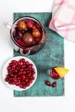 Vino con i frutti, cocktail della sangria, piatto della casa di estate di beries del corniolo Fotografia Stock