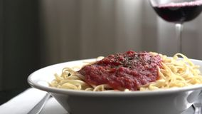 Vino de colada con espaguetis almacen de metraje de vídeo