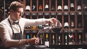 Vino de colada del sommelier experto de la copa de vino del ino de la jarra almacen de video